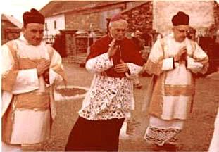 Mgr Lefebvre accompagné de l'abbé Paul Schoonbroodt (à gauche) et du prêtre allemand Jungbluth. - Procession pour la grand-messe du dimanche 24 avril 1977 à Steffeshausen.