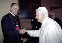 Mgr Fellay, au sourire flagorneur, courtisant les bonnes grâces de Ratzinger-Benoît XVI à Rome en échange de la trahison de l'œuvre de Mgr Lefebvre